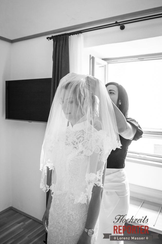 Getting Ready, Brautschleier in die Haare stecken, Hochzeit, Hallstatt, Heritage Hotel, Hochzeit, Hochzeitsfotograf, Fotograf Land Salzburg, Lorenz Masser