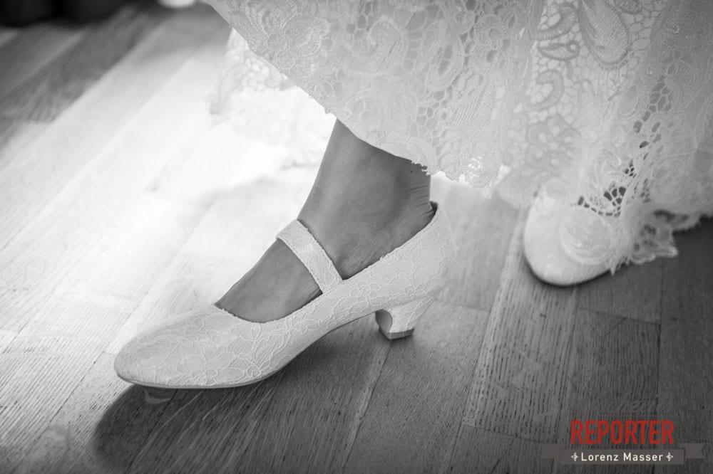 Weiße Schuhe mit Spitze zur Hochzeit, Detailfotografie, Hochzeit, Hallstatt, Heritage Hotel, Hochzeit, Hochzeitsfotograf, Fotograf Land Salzburg, Lorenz Masser