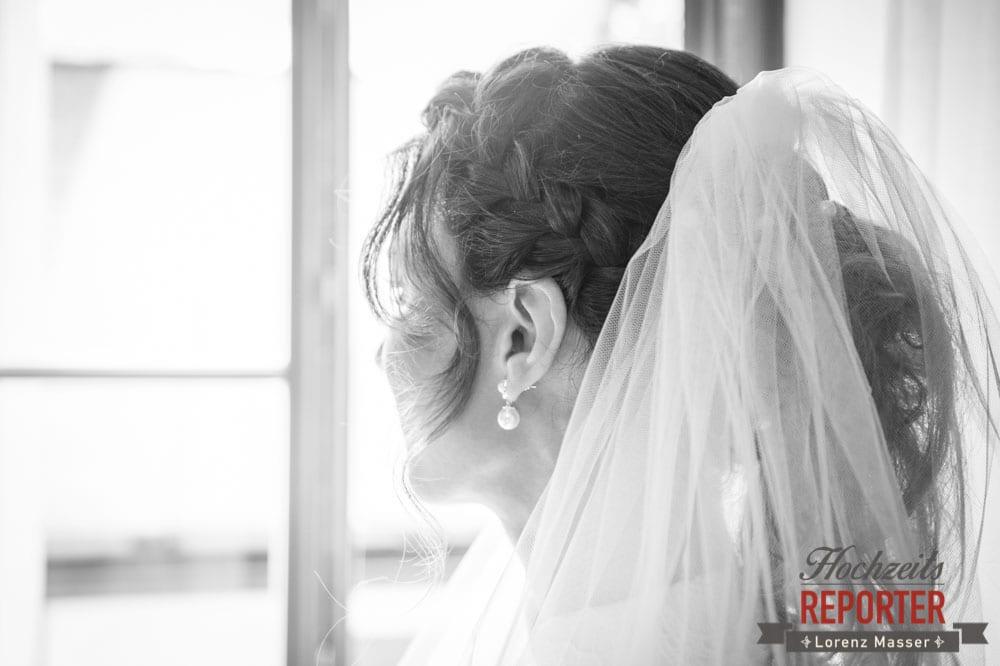 Braut schaut in die Ferne mit Schleier, Hochzeit, Hallstatt, Heritage Hotel, Hochzeit, Hochzeitsfotograf, Fotograf Land Salzburg, Lorenz Masser