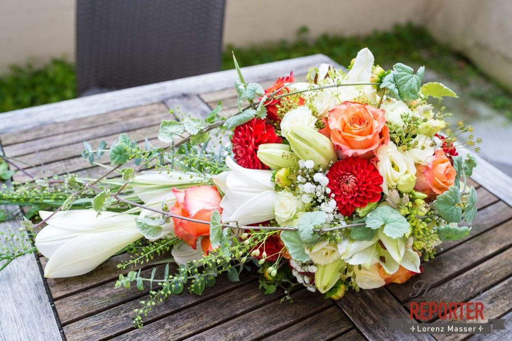 Brautstrauß mit roten orangenen und weißen Blumen, Hochzeit, Hallstatt, Heritage Hotel, Hochzeit, Hochzeitsfotograf, Fotograf Land Salzburg, Lorenz Masser