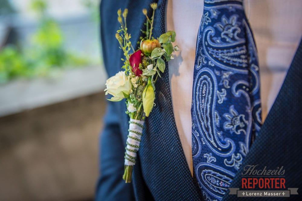 Bridesgroom with Flowers, Anstecker zur Hochzeit, Heritage Hotel, Hochzeit, Wedding, Hochzeitsfotograf, Fotograf Land Salzburg, Lorenz Masser