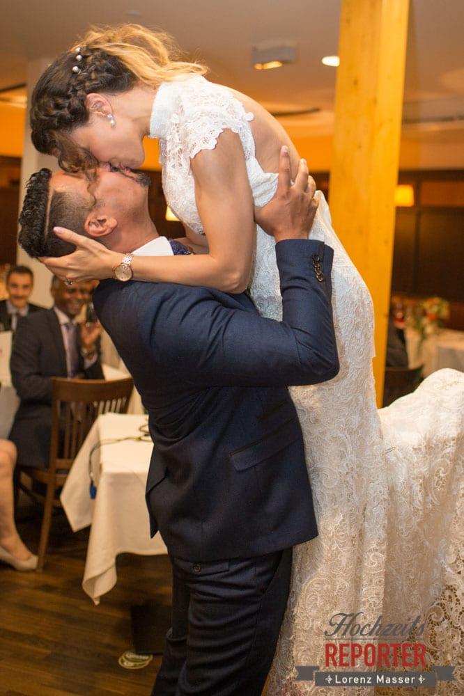Bräutigam küsst Braut in der Luft, Kuss in der Luft, Heritage Hotel, Hochzeit, Wedding, Hochzeitsfotograf, Fotograf Land Salzburg, Lorenz Masser