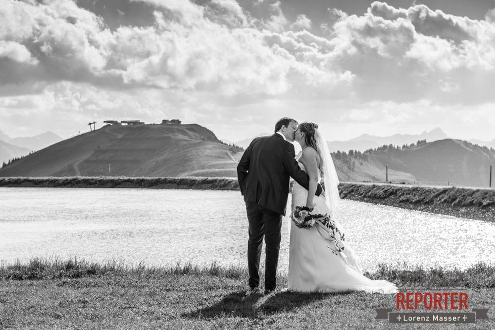 Hochzeitsfoto, Leogang, Asitz, Brautpaar küsst sich,