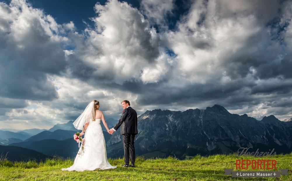 Hochzeit in den Bergen, Hochzeitsfotograf, Land Salzburg, Leogang, Asitz, Brautpaar schaut sich an,