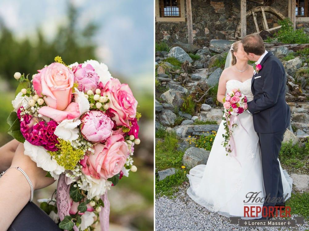 Hochzeitsfotograf, Hochzeit, Leogang, Asitz, Kuss, Pinker Blumenstrauß, Rosen
