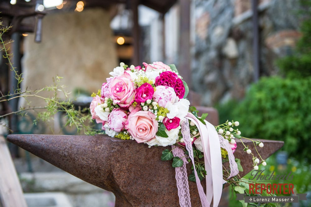 Pinker Blumenstrauß auf Amboss, Blumenstrauß, Pink, Land Salzburg, Hochzeitsfotograf, pinker Blumenstrauß