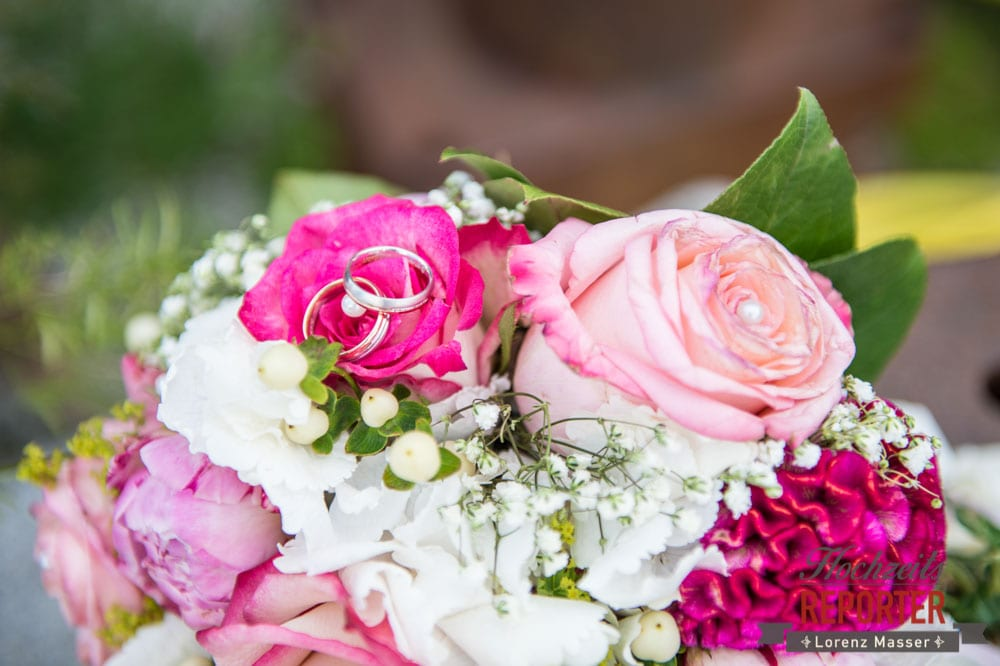 Ringe auf Blumenstrauß, Hochzeit, Ringe auf pinkem Blumenstrauß, Rosen