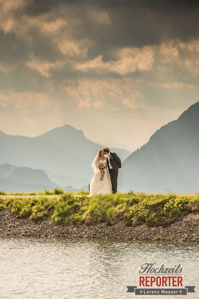 Brautpaar küsst sich, Hochzeit, Hochzeitsfotograf, Brautpaar, Land Salzburg, Leogang, Asitz