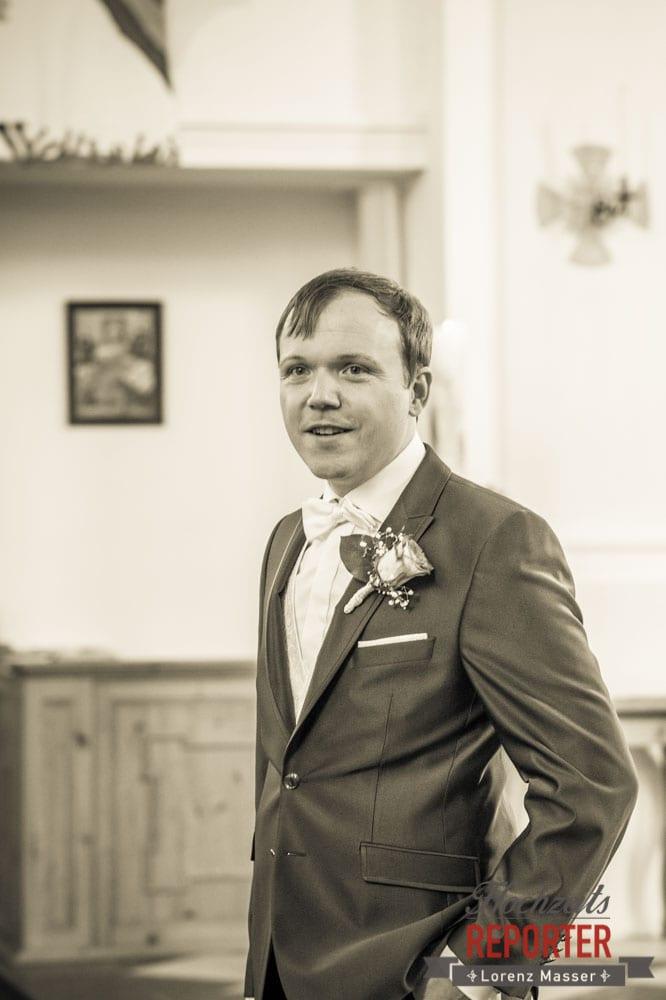 Hochzeit in Kirche, Trauung in Kirche, Bräutigam wartet auf die Braut, Freude, Hochzeit, Hochzeitsfotograf, Land Salzburg, Leogang, Asitz