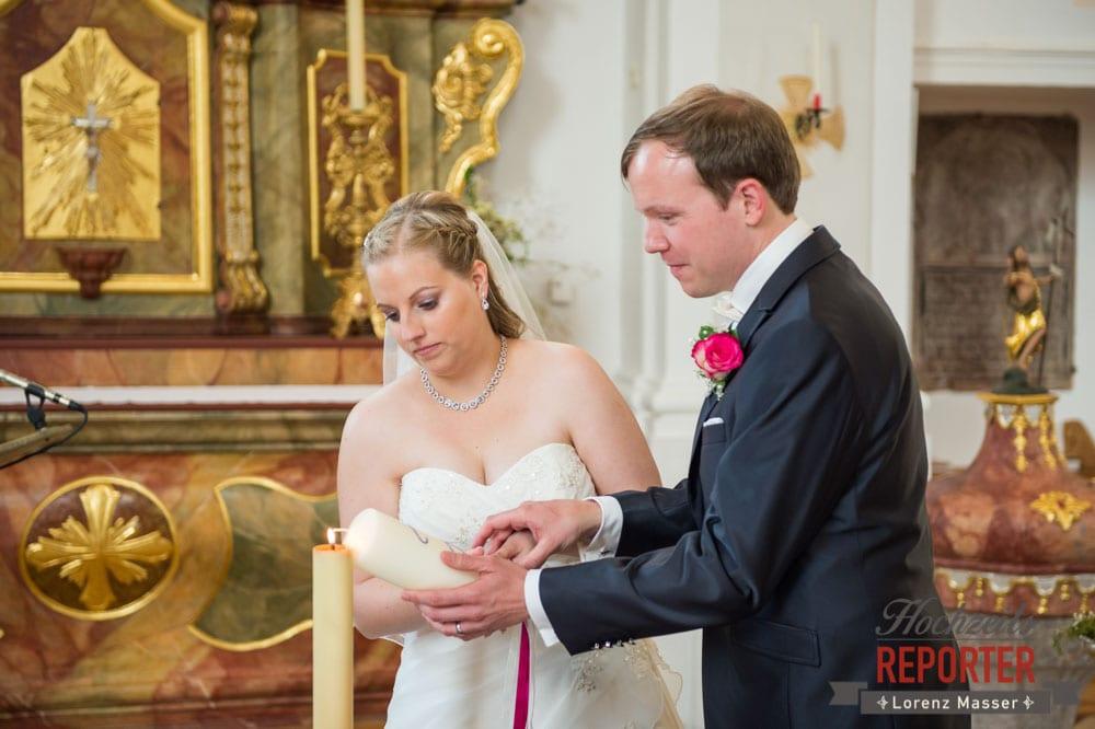 Anzünden der Kerze, Kirche, Trauung in der Kirche Heiliger Leonhard, Brautpaar, Hochzeit, Hochzeitsfotograf, Land Salzburg, Leogang, Asitz,