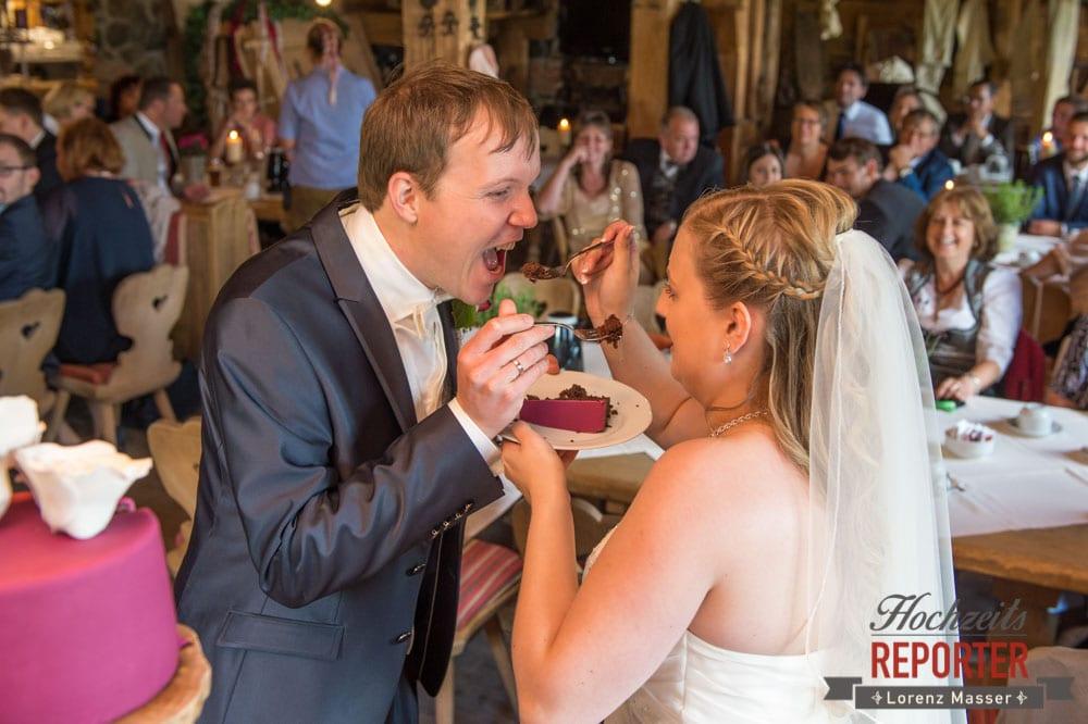Hochzeitstorte teilen, erster Bissen, Hochzeitstorte, Pink, Fondant, Hochzeit, Hochzeitsfotograf, Land Salzburg, Leogang, Asitz