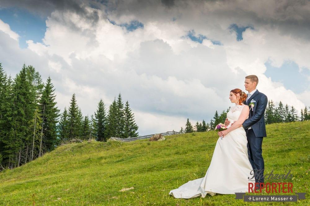 Brautpaar, Umarmung, Portrait, Lisa Alm, Hochzeit, Wedding, Hochzeitsfotograf, Land Salzburg, Lorenz Masser