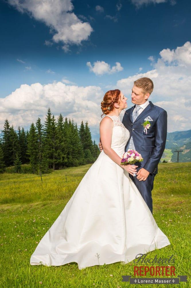 Brautpaar macht Portrait, Portrait, Lisa Alm, Hochzeit, Wedding, Hochzeitsfotograf, Land Salzburg, Lorenz Masser