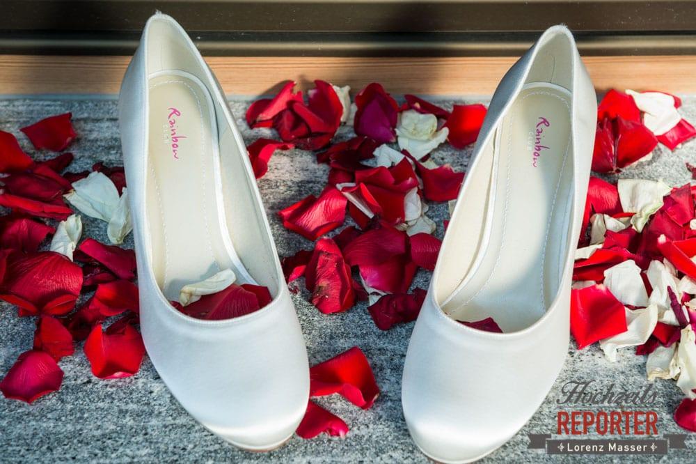 Schuhe der Braut in Rosenblüten, Getting Ready, Lisa Chalet, Flachau, Hochzeit, Wedding, Hochzeitsfotograf, Land Salzburg, Lorenz Masser