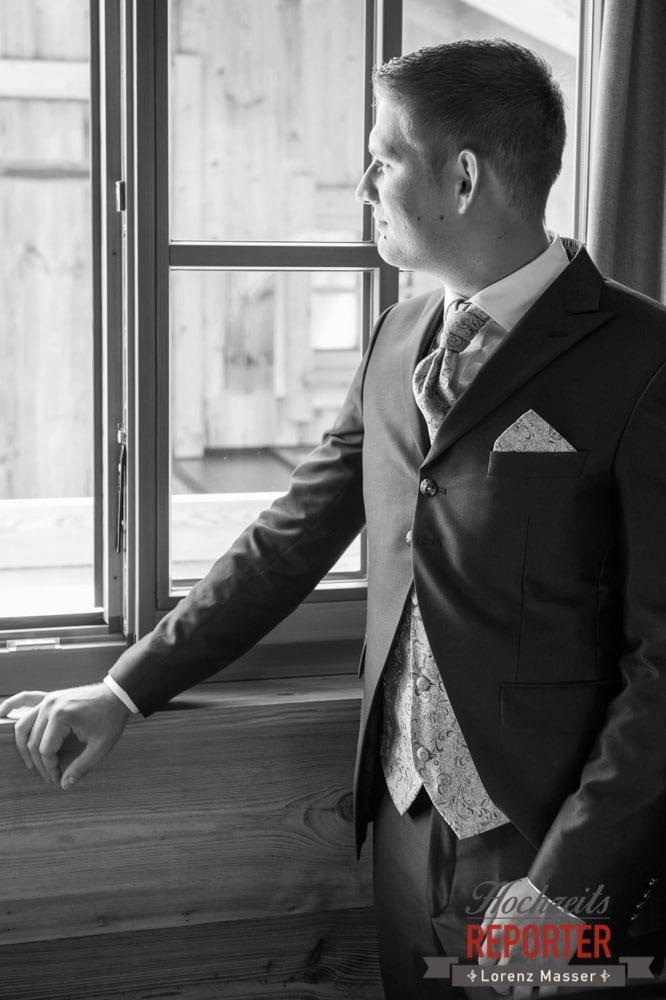 Bräutigam schaut aus dem Fenster, Getting Ready, Lisa Chalet, Flachau, Hochzeit, Wedding, Hochzeitsfotograf, Land Salzburg, Lorenz Masser