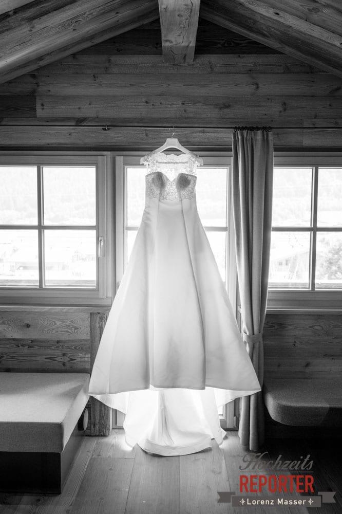 Brautkleid, Fenster, Getting Ready, Lisa Chalet, Flachau, Hochzeit, Wedding, Hochzeitsfotograf, Land Salzburg, Lorenz Masser