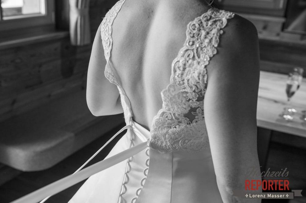 Zuschnüren des Brautkleides, Getting Ready, Lisa Chalet, Flachau, Hochzeit, Wedding, Hochzeitsfotograf, Land Salzburg, Lorenz Masser