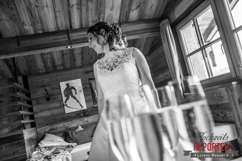 Braut beim Getting Ready, Lisa Chalet, Flachau, Hochzeit, Wedding, Hochzeitsfotograf, Land Salzburg, Lorenz Masser