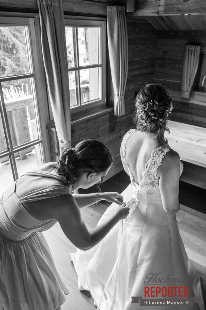Freundin schnürt Kleid von der Braut zu, Getting Ready, Lisa Chalet, Flachau, Hochzeit, Wedding, Hochzeitsfotograf, Land Salzburg, Lorenz Masser