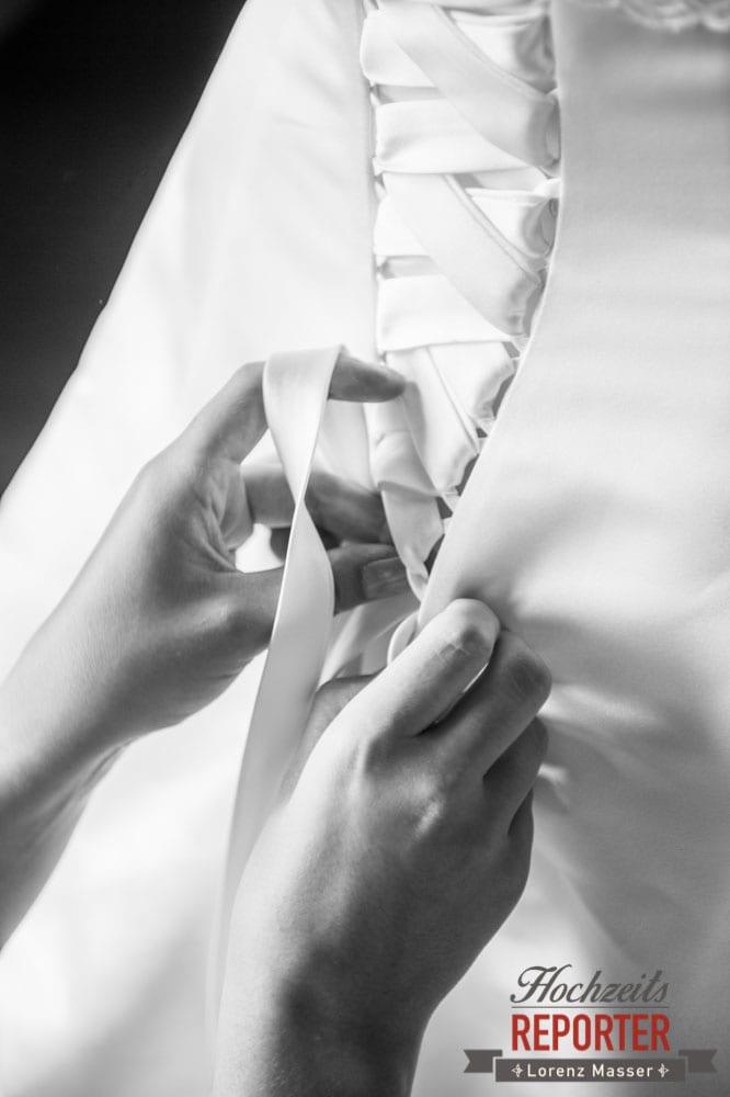 Braut beim zuschnüren des Kleides, Hinten, Getting Ready, Lisa Chalet, Flachau, Hochzeit, Wedding, Hochzeitsfotograf, Land Salzburg, Lorenz Masser