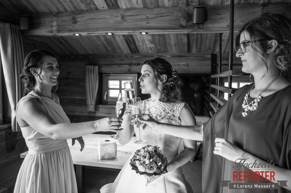 Braut mit Freundinnen beim Anstoßen, Getting Ready, Lisa Chalet, Flachau, Hochzeit, Wedding, Hochzeitsfotograf, Land Salzburg, Lorenz Masser