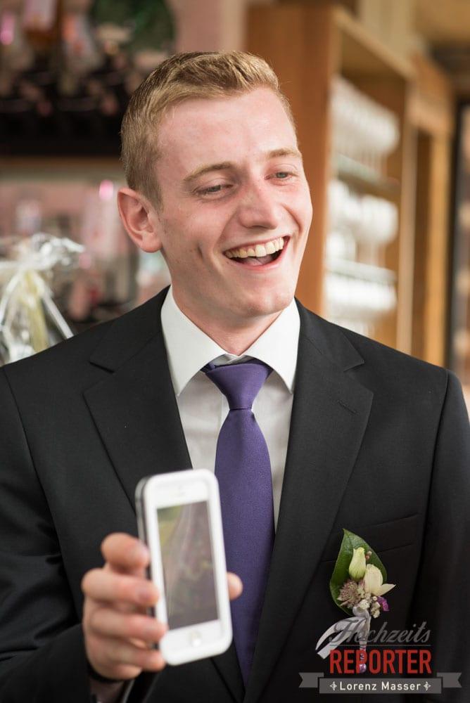 Trauzeuge zeigt etwas im Handy,  Getting Ready, Lisa Alm, Flachau, Hochzeit, Wedding, Hochzeitsfotograf, Land Salzburg, Lorenz Masser