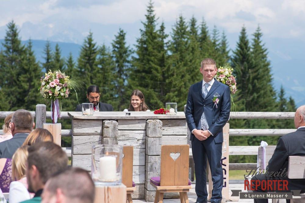 Bräutigam wartet auf Braut, Trauung, Lisa Alm, Flachau, Hochzeit, Wedding, Hochzeitsfotograf, Land Salzburg, Lorenz Masser