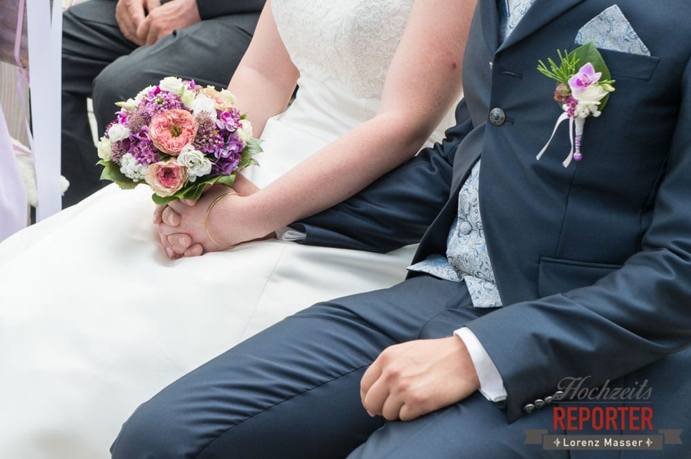 Brautpaar haltet Hände, Brautstauß, Trauung, Lisa Alm, Flachau, Hochzeit, Wedding, Hochzeitsfotograf, Land Salzburg, Lorenz Masser
