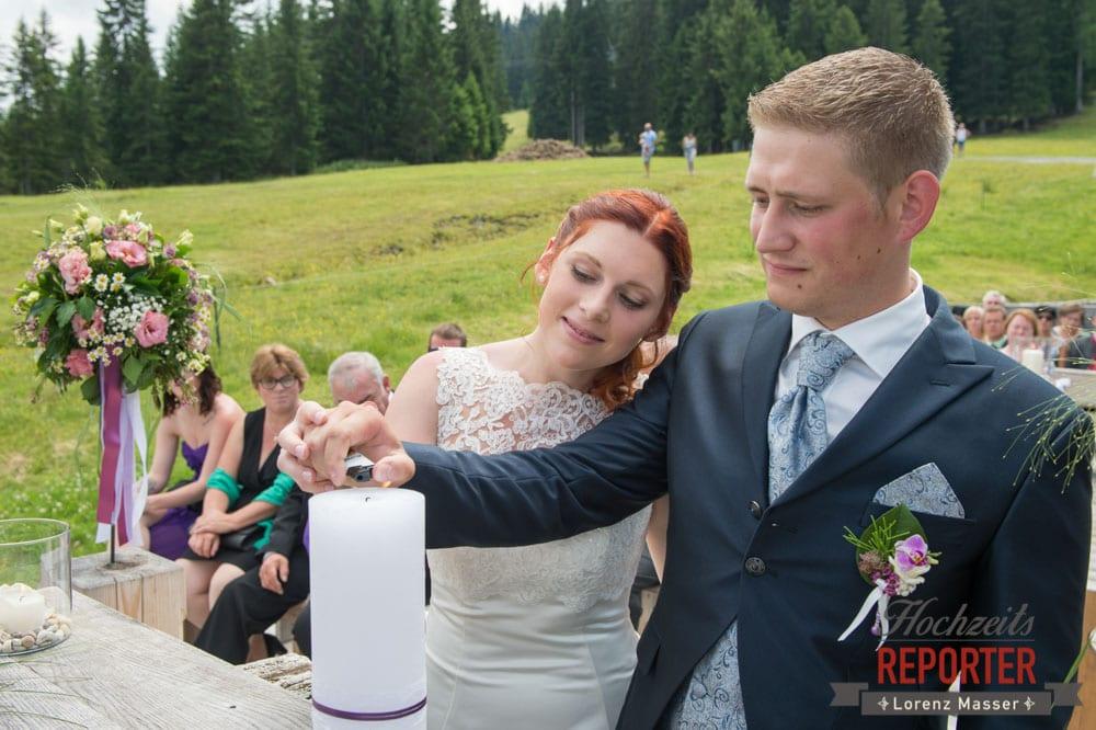 Brautpaar zündet gemeinsam Hochzeitskerze an, Trauung, Lisa Alm, Flachau, Hochzeit, Wedding, Hochzeitsfotograf, Land Salzburg, Lorenz Masser