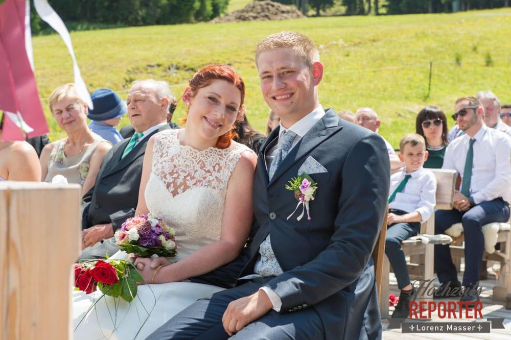 Brautpaar lächelt in die Kamera, Trauung,  Lisa Alm, Flachau, Hochzeit, Wedding, Hochzeitsfotograf, Land Salzburg, Lorenz Masser