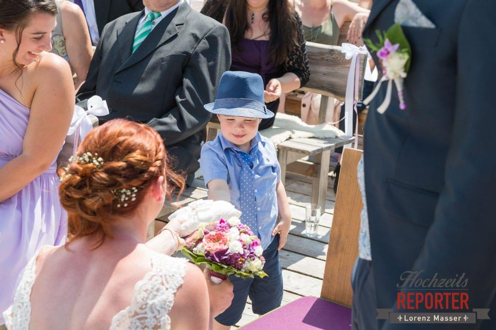 Kleiner Junge gibt Braut die Ringe, Trauung, Lisa Alm, Flachau, Hochzeit, Wedding, Hochzeitsfotograf, Land Salzburg, Lorenz Masser