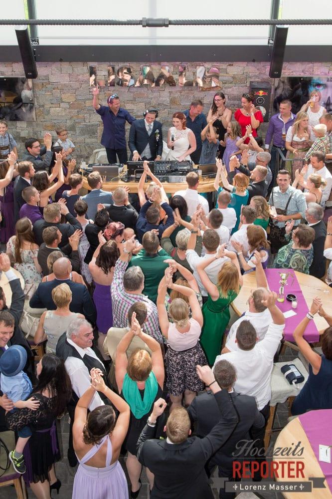 Brautpaar spielt DJ und Hochzeitsgesellschaft feiert, Lisa Alm, Flachau, Hochzeit, Wedding, Hochzeitsfotograf, Land Salzburg, Lorenz Masser