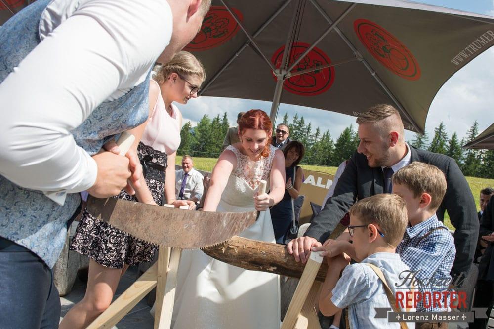 Traditionen bei der Hochzeit, Holz Sägen, Lisa Alm, Flachau, Hochzeit, Wedding, Hochzeitsfotograf, Land Salzburg, Lorenz Masser
