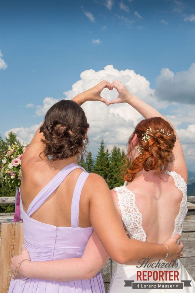 Freundschaftsfoto von Hinten, Herz mit der Hand, Lisa Alm, Flachau, Hochzeit, Wedding, Hochzeitsfotograf, Land Salzburg, Lorenz Masser